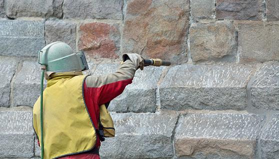 sandstrahlen einer natursteinmauer